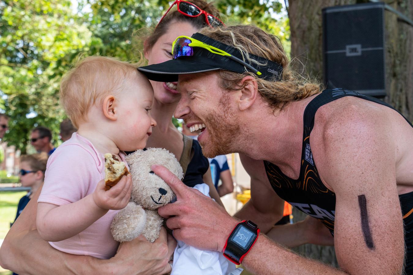 Diederik Scheltinga met zijn vrouw Bo en dochtertje Yfke bij de triatlon van Gendt.