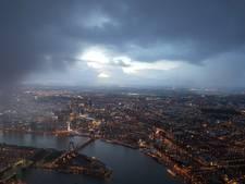 Prachtig zicht uit politieheli op hoosbui boven Rotterdam