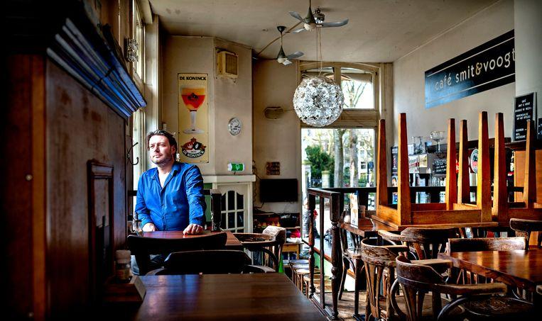 Bas Wijn in zijn café Smit & Voogt in Amsterdam, dat zoals alle horecagelegenheden voorlopig is gesloten. Beeld Klaas Jan van der Weij / de Volkskrant