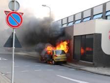 Auto volledig uitgebrand ter hoogte van politiebureau in Oldenzaal