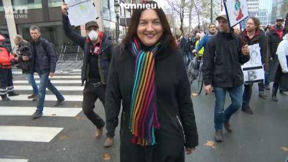 """Boegeroep op klimaatmars voor Milieuminister Marghem, die met vinger naar Vlaanderen wijst. Tommelein reageert bits: """"Besturen, niet betogen"""""""