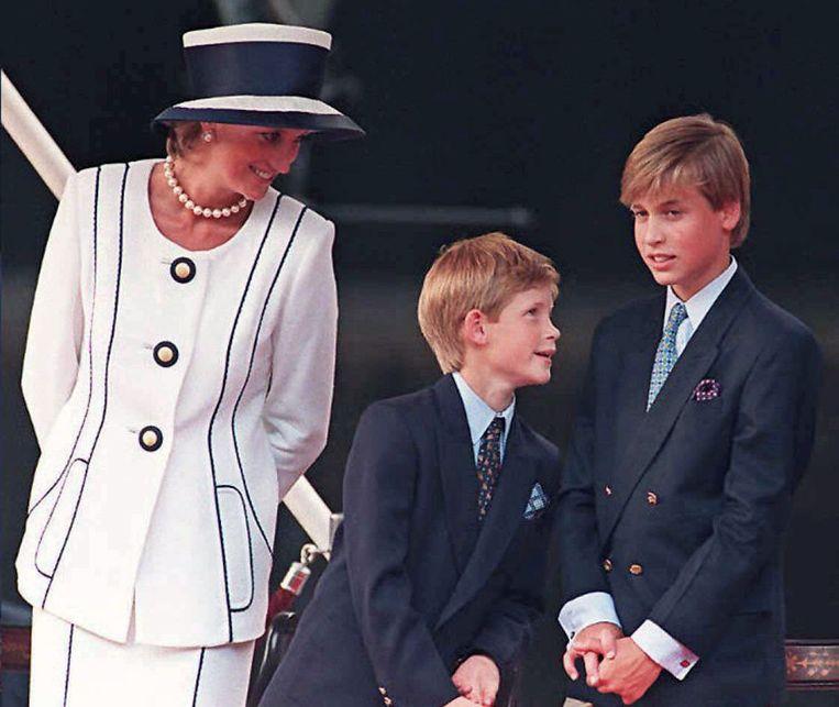 In Londen in 1995, met haar zoons Harry (midden) en William. Beeld AFP