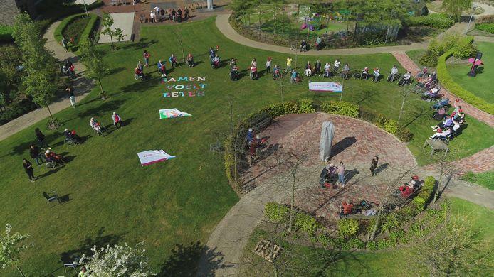 In de binnentuin van verpleeg- en verzorgingstehuis Ter Rede in Vlissingen zwaaien tientallen bewoners en medewerkers naar de drone.