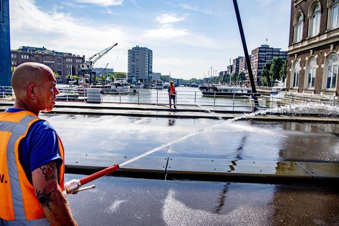 De Binnenhavenbrug op de Kop van Zuid is bij hitte al vaak handmatig besproeid zodat ie niet uitzet. De gemeente bekijkt of er een automatisch koelsysteem kan komen.