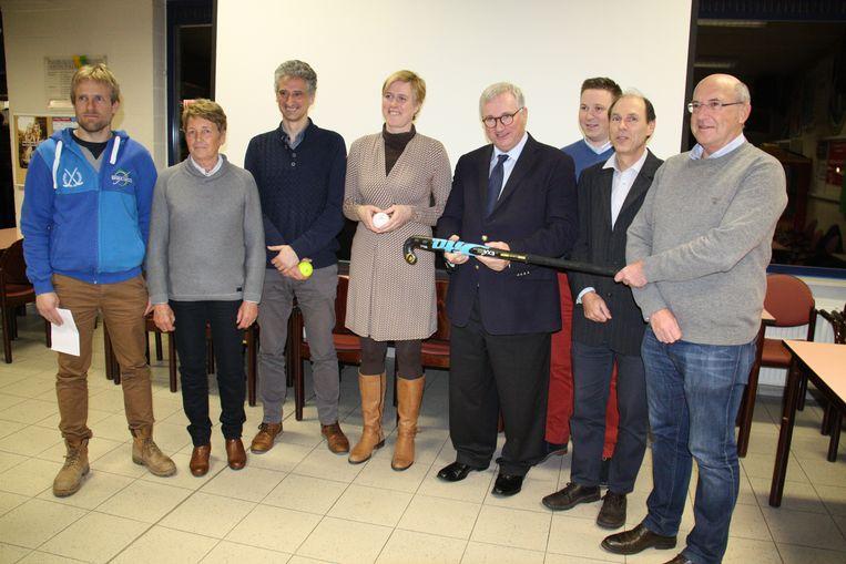 De betrokkenen tijdens de persvoorstelling van het nieuwe hockeyterrein in het voorjaar van vorig jaar.