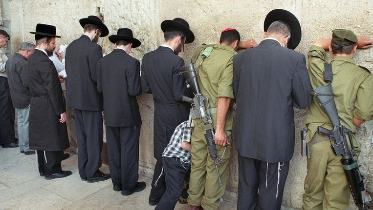 Orthodoxe mannen bidden bij de Klaagmuur. Beeld epa