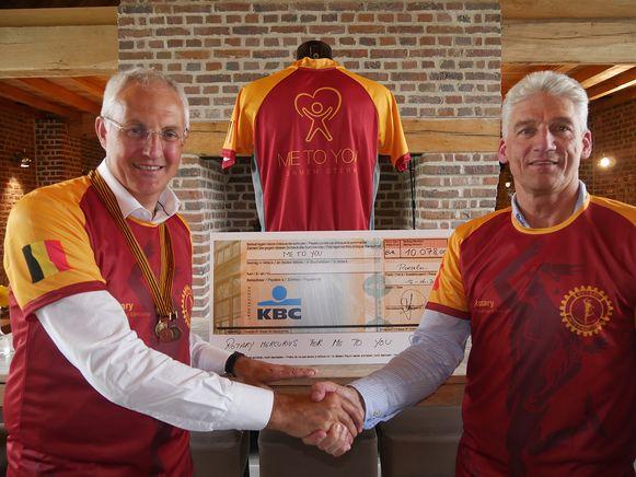 Philippe Vanmarcke overhandigt de centen die hij bijeen sprokkelde via de Comrades Marathon aan Philippe Vindevoghel van Me to You.