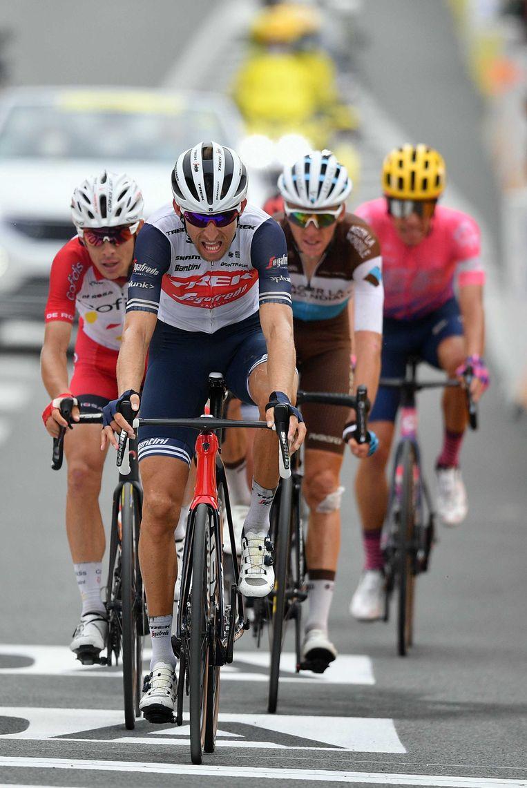 Bauke Mollema (vooraan) komt eerder deze week over de finish.  Beeld ANP