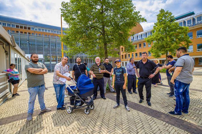 Leden van de Rosmalense Roma-familie bijeen bij het Paleis van Justitie in Den Bosch, tijdens een zitting in juni van dit jaar.