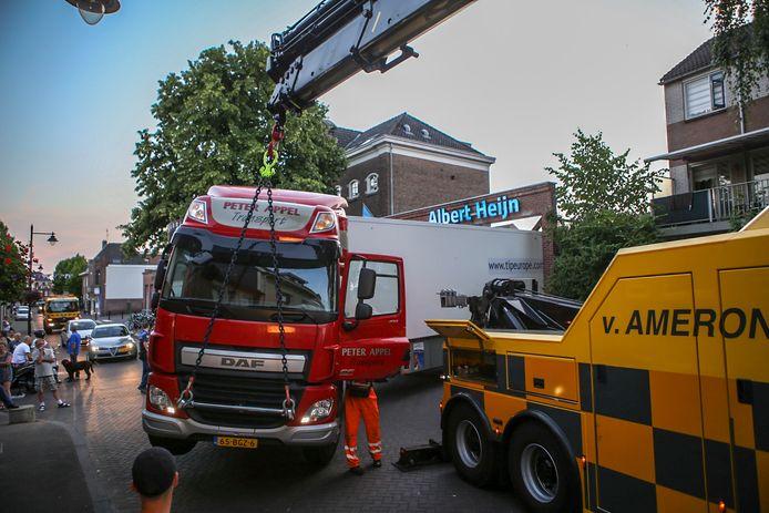 Een chauffeur reed zijn vrachtwagen gisteravond klem bij het lossen van een lading bij  Albert Heijn op de Klarendalseweg in Arnhem .