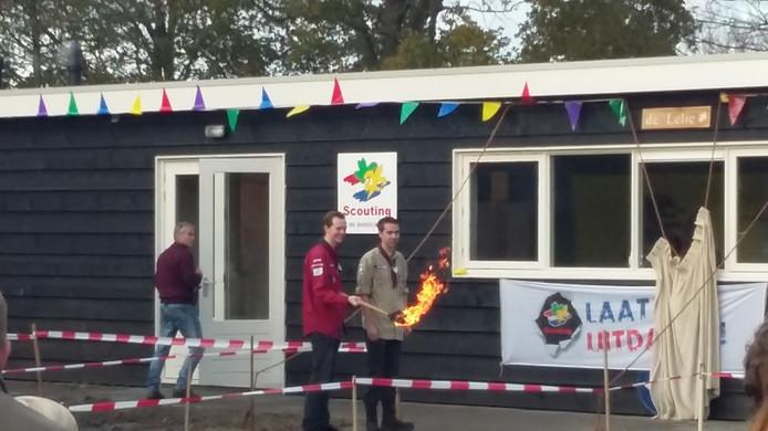 Met een fakkelestafette werd zaterdag de naam onthuld en namen de scouts hun thuishonk in gebruik.