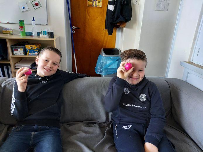Jesse (links) en Luca hebben zo hun eigen manier om een eitje te eten.