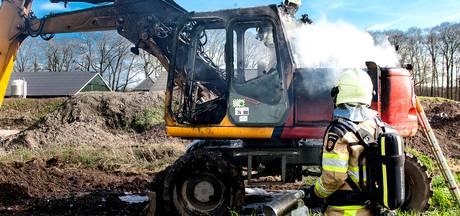 Graafmachine vliegt in brand tijdens werk