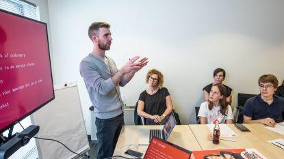 Leerling-reporters leren de kneepjes van het vak voor Rode Neuzen Dag in Hasselt
