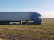 Vrachtwagen rijdt zich tot twee keer toe vast in weiland