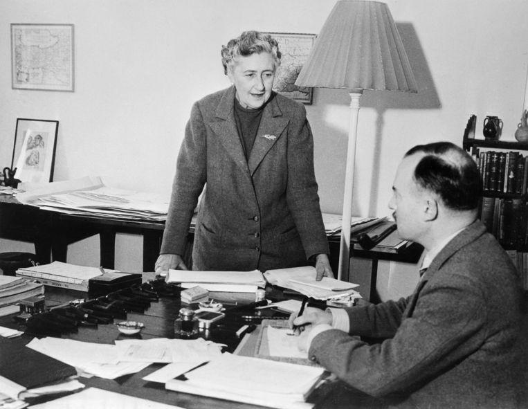 Agatha Christie met haar tweede man Max Mallowanin 1946. Beeld AFP