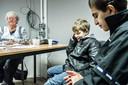 Gelders Nieuwsfoto van 2015: een Syrisch jongetje belt met zijn moeder in noodopvang Heumensoord bij Nijmegen.