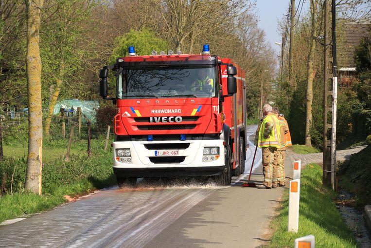 De brandweer gaf de rijbaan een schoonmaakbeurt nadat een tractor olie verloor.