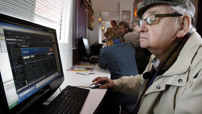 Een bewoner van een woonzorgcentrum in Almere maakt kennis met de computer.