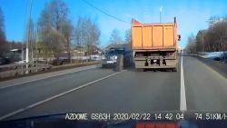 Bizar: vrachtwagen rijdt verder op drie wielen