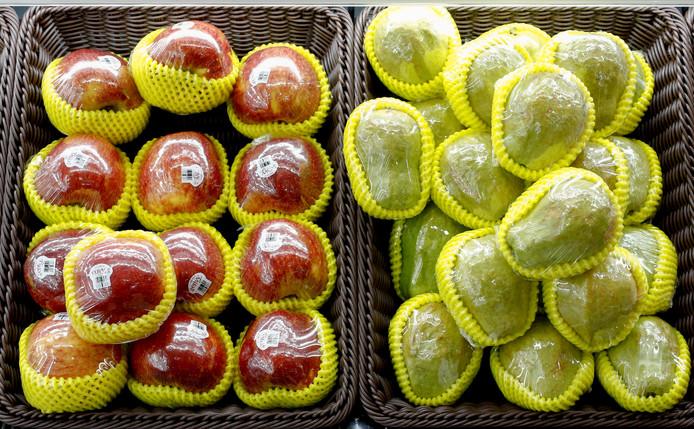 In plastic verpakt fruit in een supermarkt in Beijing.