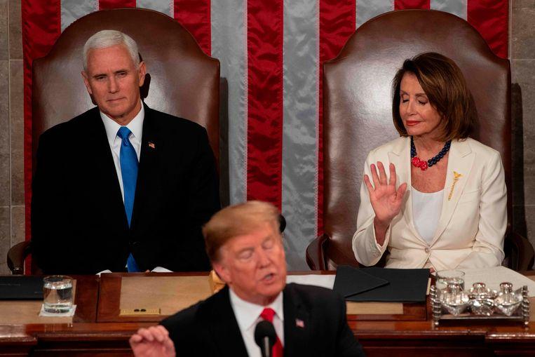 Trump spreekt zijn State of the Union uit; achter hem vicepresident Pence en Huis-voorzitter Pelosi.  Beeld AFP