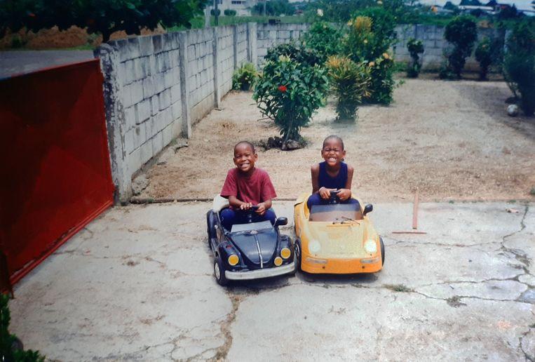 Jeugdfoto van Jeangu Macrooy, met zijn tweelingbroer Xillan. Beeld Privebeeld