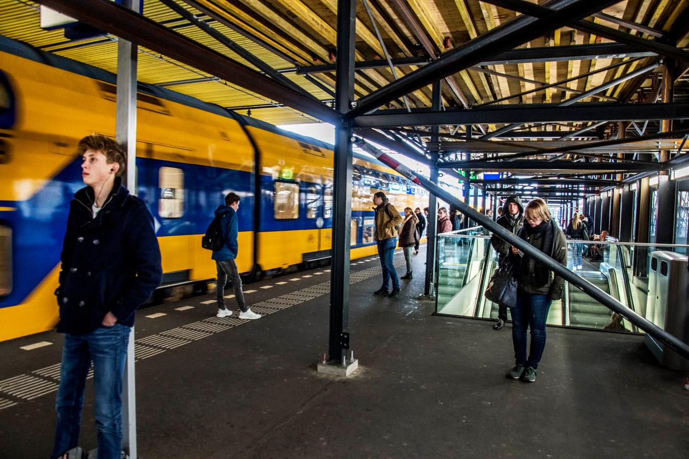 Reizigers op Tilburg Centraal.