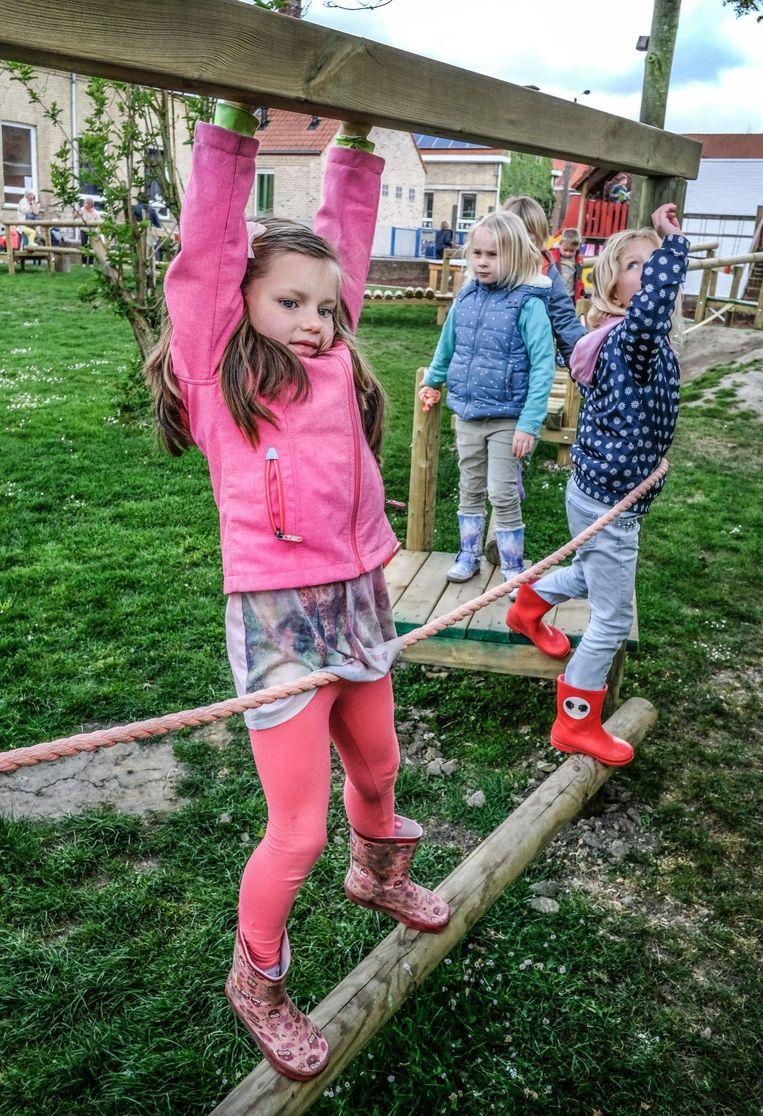 De kinderen houden hun evenwicht op het parcours.