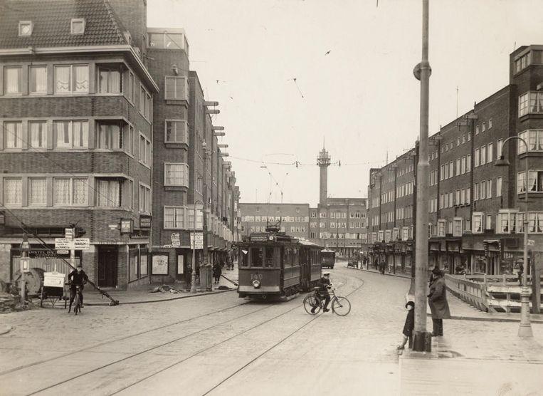 Hoofddorpweg, 1929. Aan het Hoofddorpplein stond een hoge slanke toren. Het uurwerk in de top was 45 graden gedraaid, met een wijzerplaat aan vier zijden. De toren werd in de jaren zeventig wegens bouwvalligheid afgebroken. Beeld Erik Klein Wolterink
