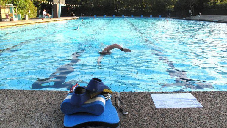 In het Flevoparkbad - hier in zonniger tijden - kunnen vroegzwemmers al om 06.30 uur terecht. Beeld Vereniging Flevoparkbad
