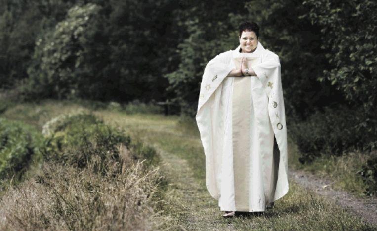 Joan Elkerbout begint een kerkgenootschap voor alle religies. Haar toga is voorzien van twaalf symbolen, waaronder die van de islam, het jodendom, christendom, humanisme en de natuurreligies. ( FOTO KOEN VERHEIJDEN) Beeld