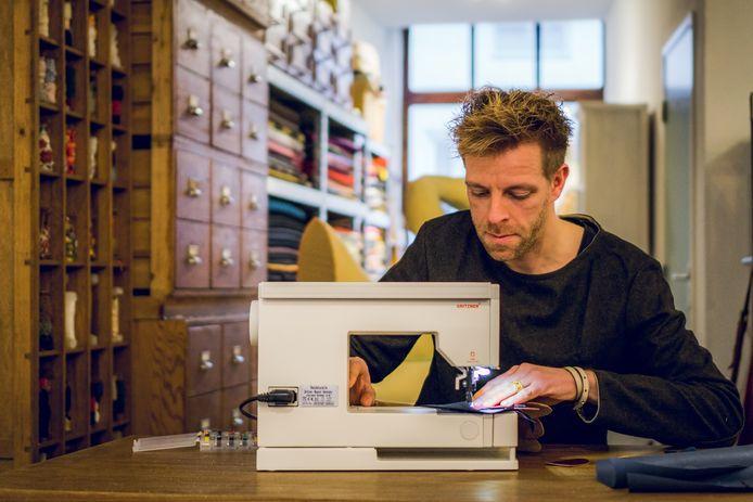 De Tamoil Cultuurprijs voor Kunsten en Letteren gaat dit jaar 2020 naar Ward Warmoeskerken, kledingontwerper en verteller, te Bergen op Zoom. Hier aan het werk in zijn atelier.