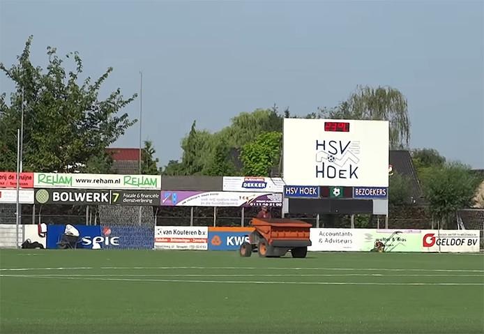 Medewerkers van de firma J & E Sports uit Oss, gespecialiseerd in de aanleg van kunstgrasvelden, maken het veld van Hoek klaar.