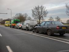 Kettingbotsing met vier voertuigen bij Nispen: twee bestuurders lichtgewond