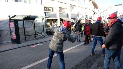 Gebouw van VBO met verfbommetjes bekogeld tijdens betoging Brusselse ambtenaren