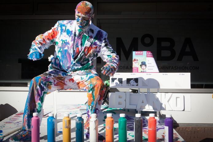John Eicke, nu artistiek directeur van World Living Statues, won het WK levende standbeelden zelf twee keer, onder meer met deze creatie 'Blanko', in 2013.