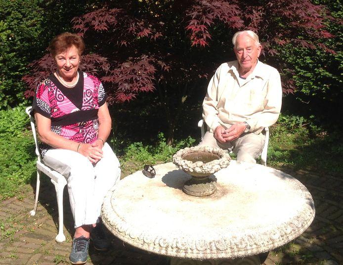 Jos  en Samuel van Rooijen genieten van de zon in hun lommerrijke tuin.