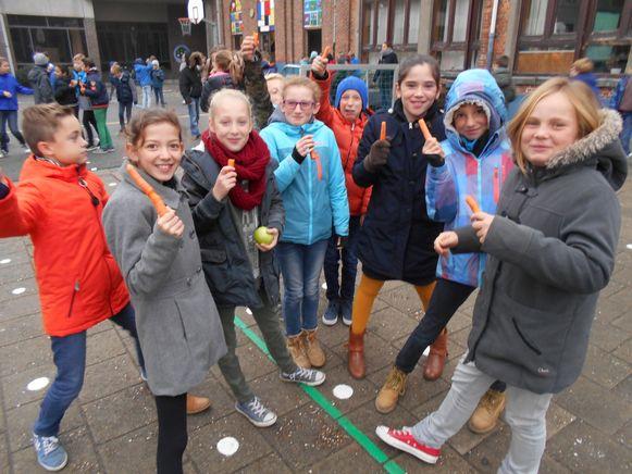 De leerlingen van Toermalijn eten een wortel als tienuurtje.