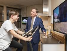 Minister Bruins ziet vooruitgang van Enschedese astmapatiënt Sam