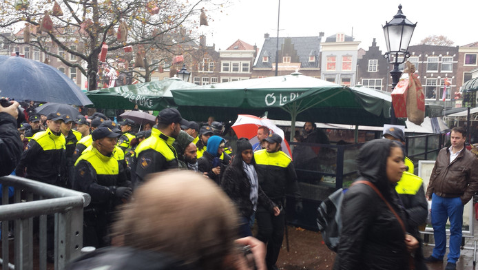 De politie houdt verschillende demonstranten aan.
