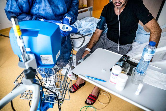 Een patiënt op de corona-afdeling van het Catharina Ziekenhuis. Het aantal coronapatiënten op de speciale corona-afdelingen van ziekenhuizen neemt steeds verder toe.