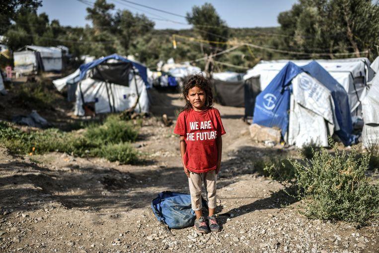 Een jonge bewoonster van een kamp dat is ontstaan naast overvol vluchtelingenkamp Moria op Lesbos. Beeld AFP