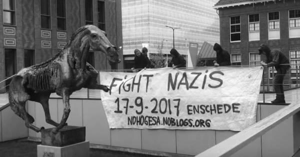 Antifascisten tonen spandoeken met 'Fight nazi's' in Enschede