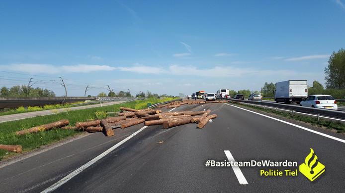 Door de boomstammen is de hele rijbaan versperd.