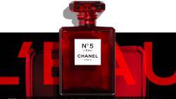 Hebben: het iconische flesje van Chanel N°5 in een rood jasje voor de feestdagen