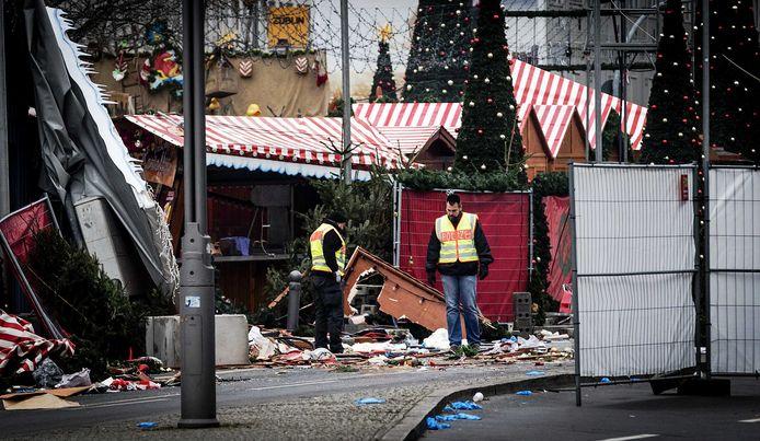 De ravage nadat een vrachtwagen inreed op de kerstmarkt in Berlijn.