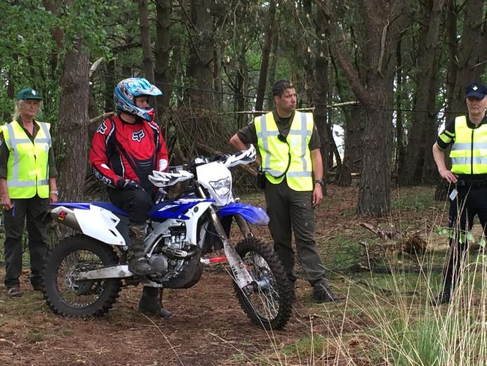 Een motorcrosser (figurant) wordt aangehouden.