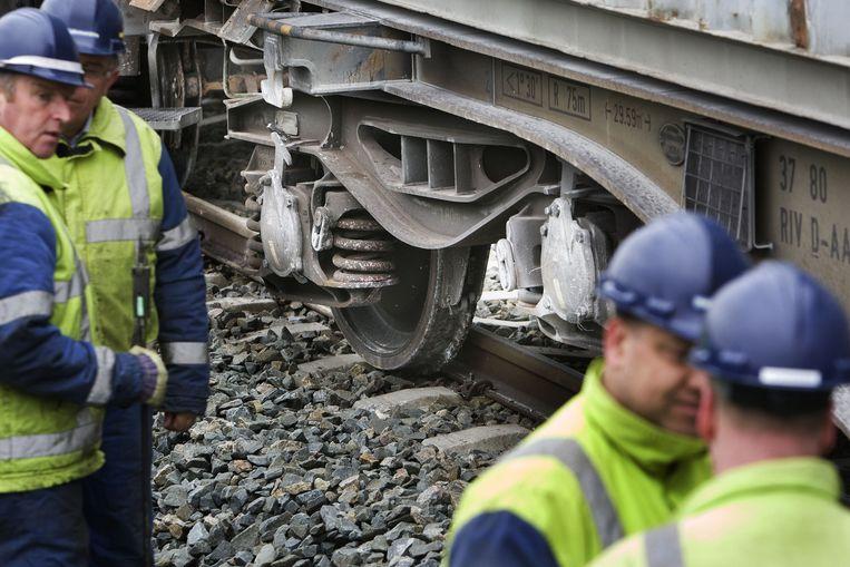 Op het spoortraject Vleuten - Utrecht Terwijde is maandag een wagon van een goederentrein ontspoord. De wagon raakte daarbij een passagierstrein. Foto ANP/Robin Utrecht Beeld