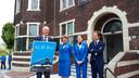Burgemeester Van Veldhuizen toont speciale haltebord KLM pendelbus.